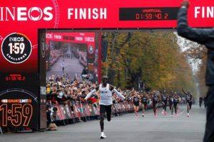 Eliud Kipchoge becomes 1st athlete to run sub 2-hour marathon_50.1