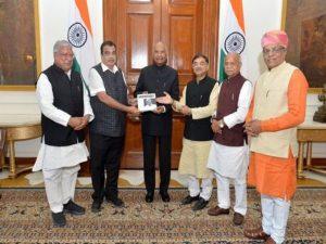 Nitin Gadkari presents 'Invincible - A Tribute to Manohar Parrikar' to President_50.1