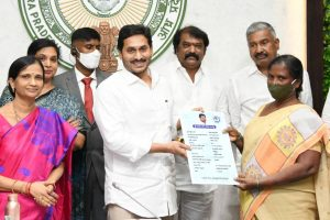 Andhra Pradesh CM launches 'YSR BIMA' for BPL families_50.1